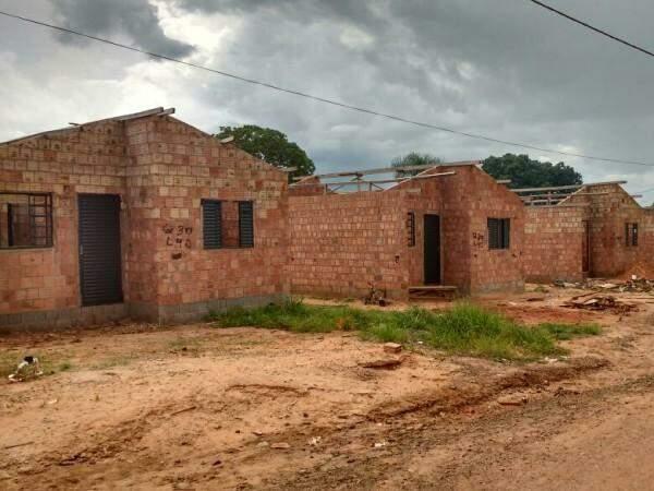 Casas inacabadas em uma das áreas para onde foram transferidas famílias da favela Cidade de Deus (Foto: Simão Nogueira)