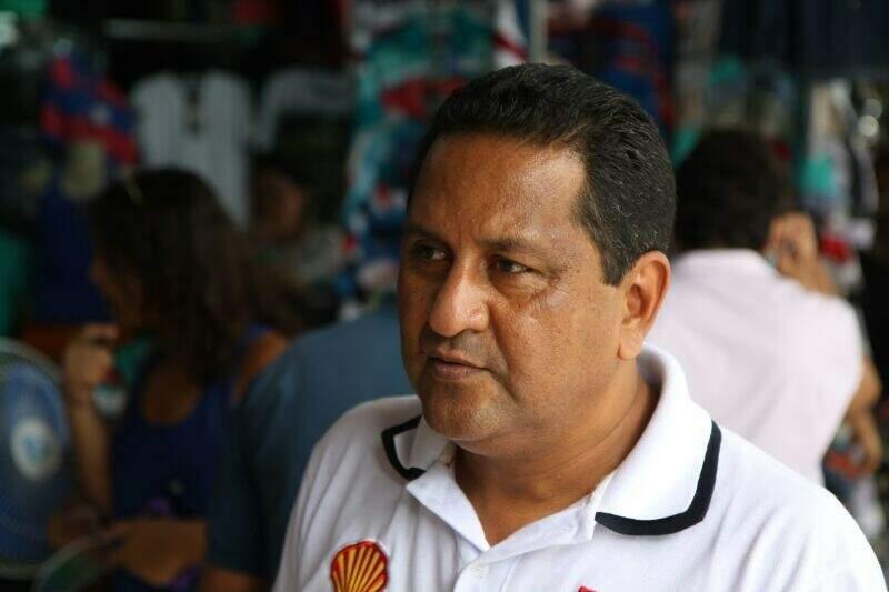 O veterinário Antonio Ibarra, 47 anos, veio com sua esposa para comprar presentes para toda família. (Foto: Cleber Gellio)