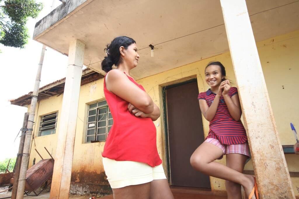 Vizinhas de estação abandonada, Angelita lembra com saudades do trem e a filha Larissa reclama do tédio do dia a dia em Alcilândia. (Foto: Saul Schramm)