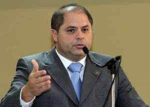 Mario Cesar diz apoiar protesto e admite suspender contrato do lanche