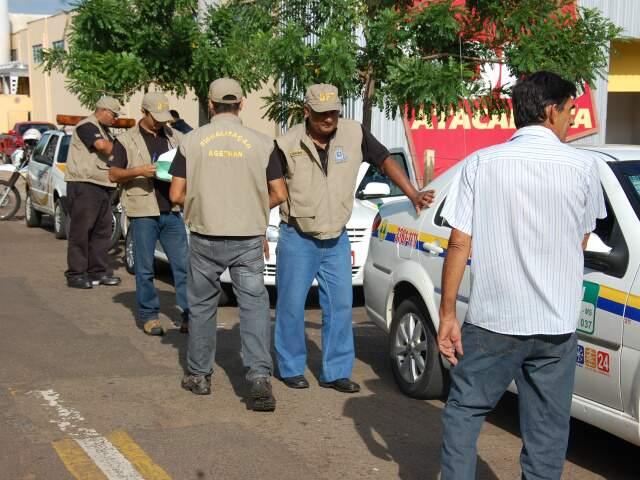 Agentes realizam abordagem no bairro Tiradentes. (Foto: Wendell Reis)