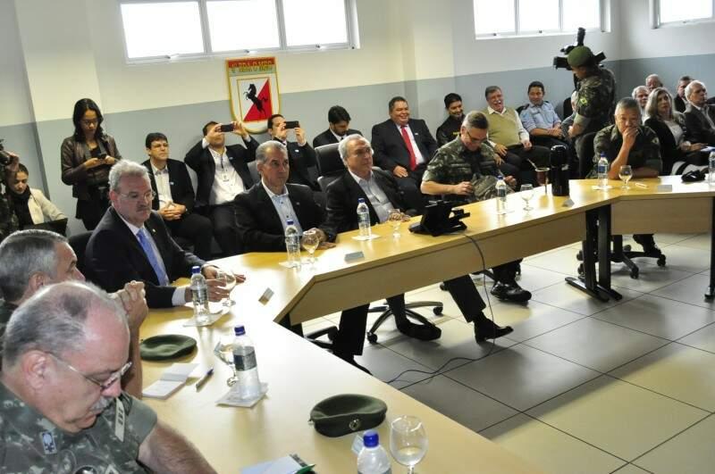 Reinaldo Azambuja se reuniu com as autoridades hoje. (Foto: Eliel Oliveira)
