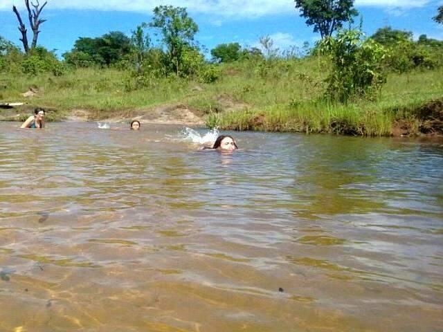 Rio raso na estrada de chão em Ribas do Rio Pardo é uma delícia para as crianças (Foto: Fabricia Luz)