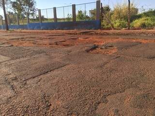 Sequência de buracos prejudicando o trânsito no bairro Santo Amaro (Foto: Direto das ruas)