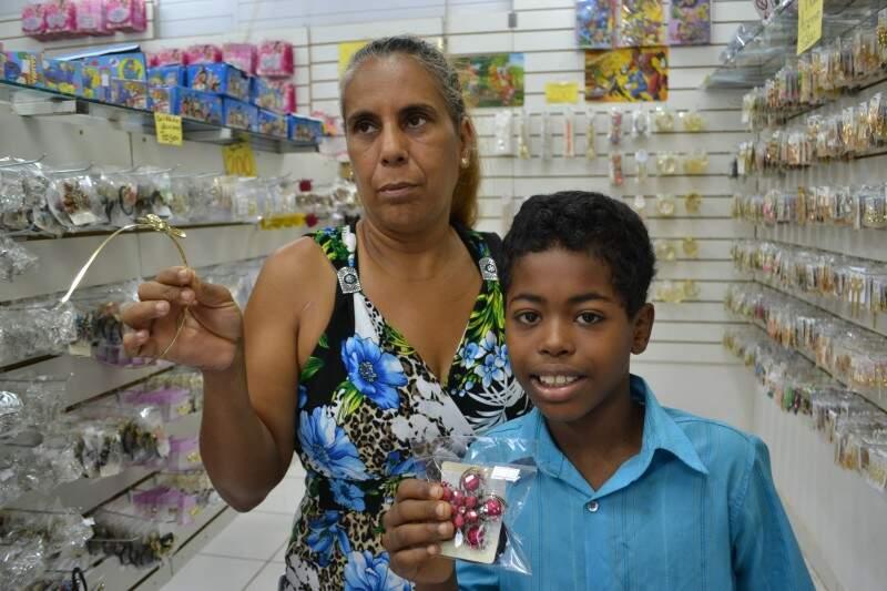 Recreadora Maria Aparecida pretendia comprar 10 itens de bijuteria para presentear as amigas neste natal. (Foto: Simão Nogueira)