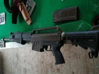 Arma encontrada com quatro suspeitos presos hoje em Capitán Bado (Foto: Porã News)