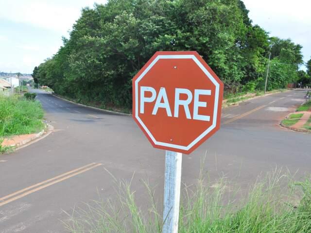 Embora sinalizado, moradores afirmam que árvores prejudicam visibilidade e que vias não tem iluminação pública adequada. (Foto: João Garrigó)