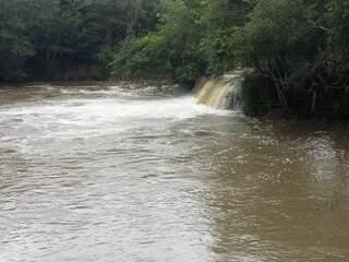 Foto tirada depois de uma hora de chuva já mostra rio  turvo. (Foto: Direto das Ruas)