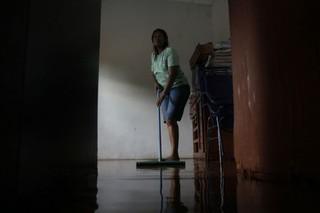 Nair conta que só não teve mais prejuízos, pois seus filhos a ajudaram a erguer os móveis (Foto: Cleber Gellio)