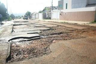 Placas de asfalto foram arrancadas pela água (Foto: Marcos Ermínio)
