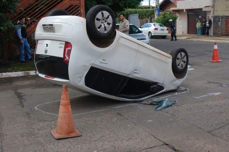 Veículo capota após ser atingido na lateral ( Foto: Silas Lima)