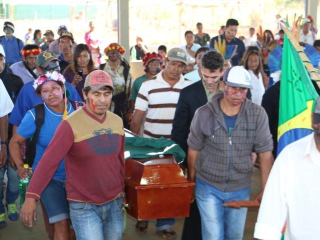 Índios carregam caixão de Clodioude, morto com cinco tiros no dia 14 de junho em Caarapó (Foto: Helio de Freitas)