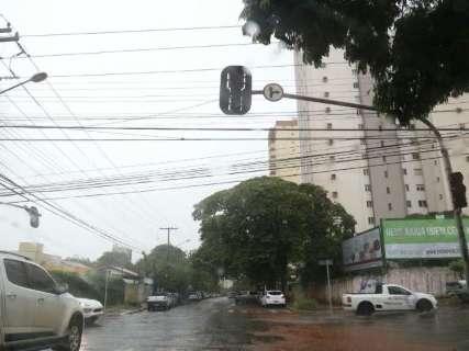 Chuva intensa, com trovoadas e rajadas de vento, atinge a Capital nesta tarde