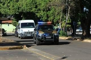 Comboio que estaria trazendo presos do Imol chegando à sede da PF em Campo Grande (Foto: Marina Pacheco)