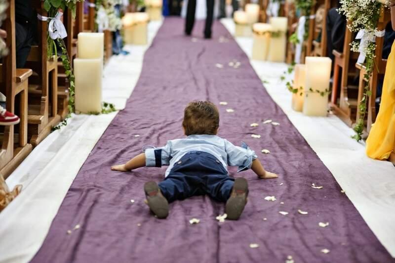 Heitor, de 2 anos, não queria muito saber da cerimônia. Enquanto a mãe era madrinha, ele tentou e conseguiu chamar atenção no corredor. (Foto: Marcus Moriyama)