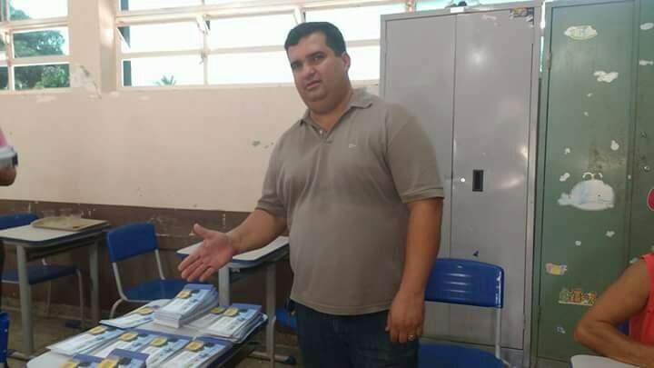 Vereador mostra boletos enviados a moradores de distrito (Foto: Divulgação)