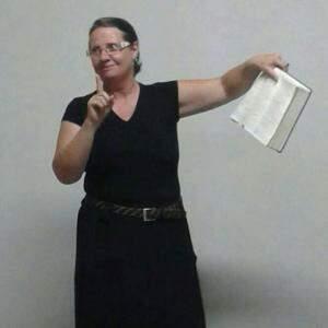 Beth durante o trabalho missionário, de interpretar a Bíblia. (Foto: Arquivo Pessoal)