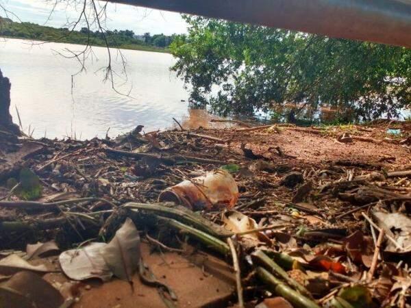 Lago do Amor transbordou e sujeira ficou na calçada. (Foto: Yarima Mecchi)