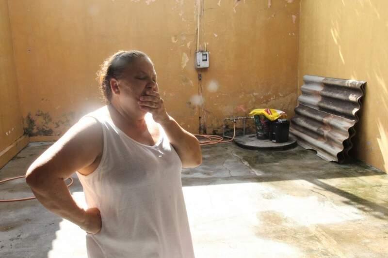A aposentada Alda Andelucci está com medo de novas chuvas, já que a lona não foi suficiente para conter a invasão da água nos quartos e sala. (Foto:Marcos Ermínio)