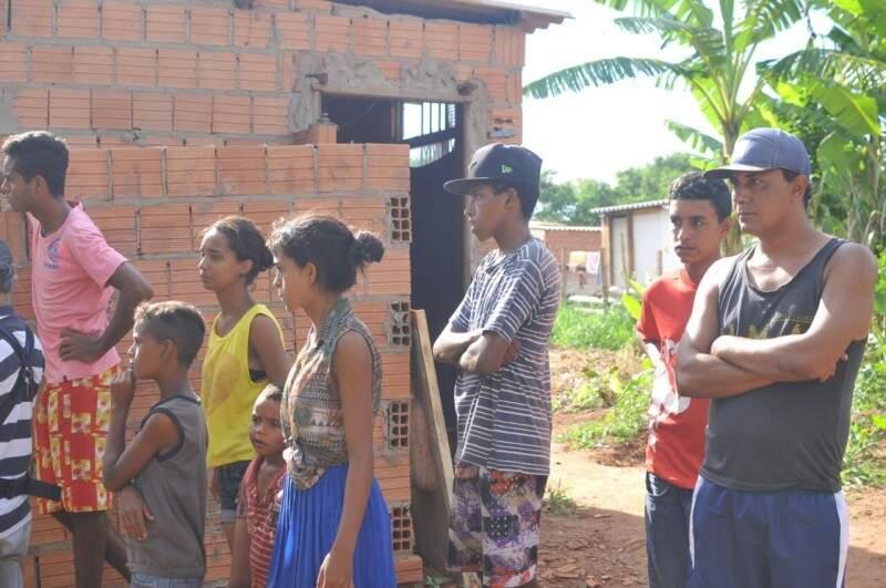 Família de Márcia presenciou a derrubada. (Foto: Alcides Neto)