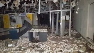 Banco ficou totalmente destruído após explosões e prejuízo atingiu aproximadamente R$ 1 milhões. (Foto: Direto das Ruas)