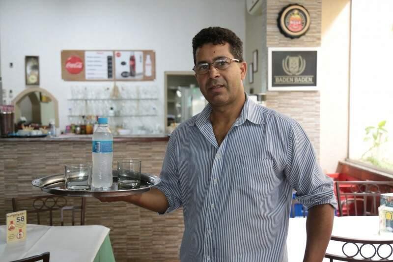 José Antônio trabalha no mesmo restaurante há 22 anos e gosta de servir até em casa. (Foto: Fernando Antunes)