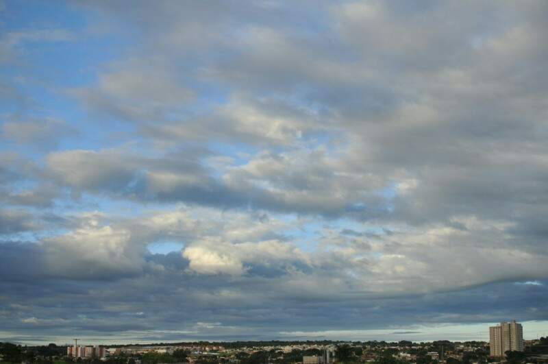 Sol entre nuvens na manhã deste domingo em Campo Grande (Foto: Alcides Neto)