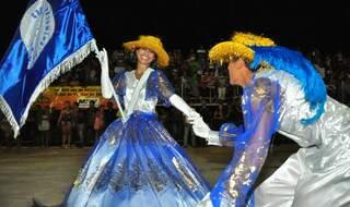 Simples, mas sorridentes e transmitindo a alegria do Carnaval. Casal da Estação Primeira de Taquarussu.