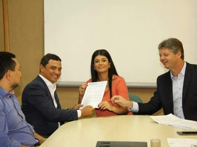 Governadora em exercício Rose Modesto, ao lado do secretário Jaime Verruck e do diretor da GPE, Valfredo Filho (Foto: Divulgação)