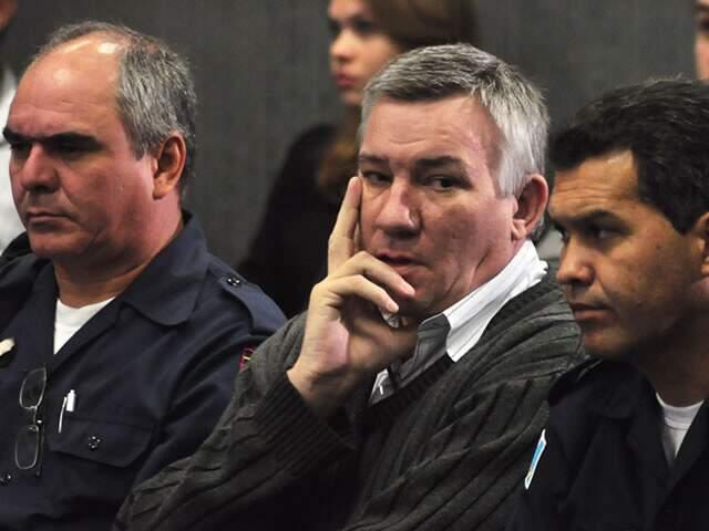 Ex-major ao lado de policiais militares, durante julgamento. (Foto: João Garrigó)