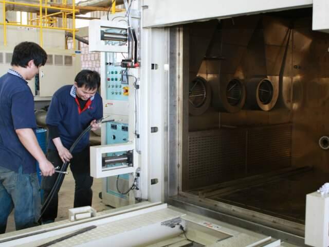 Funcionários vieram de Taiwan para instalar uma máquina complexa em Aparecida do Taboado.
