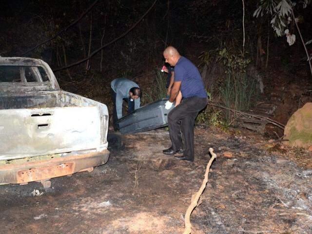 Corpo de ex-presidente da OAB de Aquidauana sendo retirado de camionete carbonizada (Foto: Luiz Guido Júnior/O Pantaneiro)