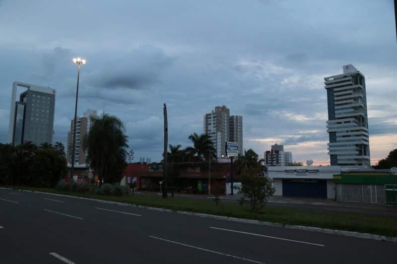 Em Campo Grande, o dia começa abafado, com céu parcialmente nublado e mínima de 23ºC. (Foto: Fernando Antunes)