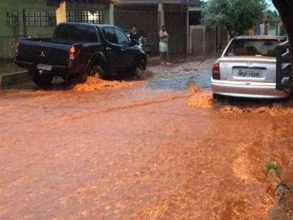 Chuva alaga ruas, derruba árvores e causa prejuízos em cidades de MS