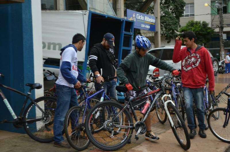 Mesmo com frio e chuva professores realizaram pedalada da greve na manhã de hoje (Foto: Vanessa Tamires)