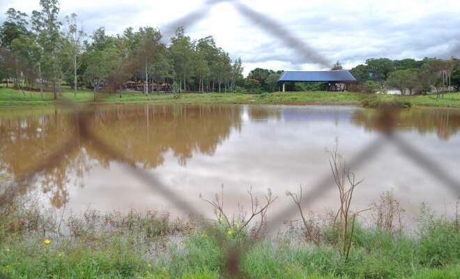 Foto atual do lago do Rádio Clube Campo, assoreado (Foto: Marlon Ganassin)