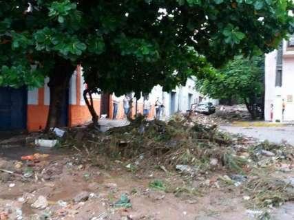 Deslizamento de encosta após chuvas deixa duas famílias desabrigadas
