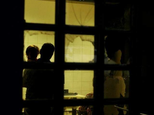 Família em delegacia registrando a ocorrência de sequestro (Foto: André Bittar)