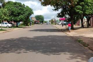 Rua Carlos Alberto de Mendonça, local onde tem vários comércios e onde também os moradores mais reclamam da catinga. (Foto: Simão Nogueira)