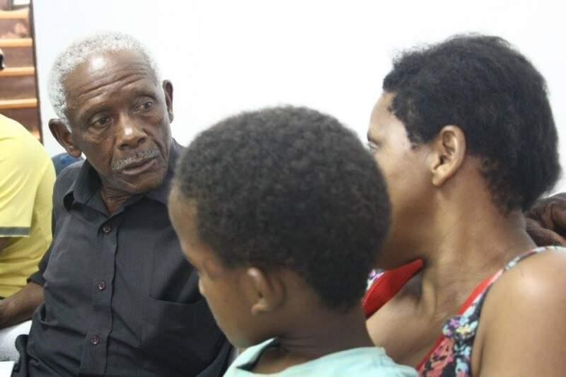 Aposentado fala com a filha e os netos em encontro emocionante (Foto: Marcos Ermínio)