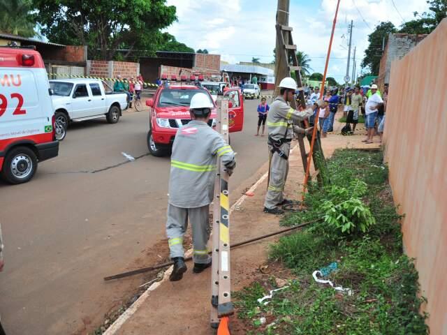 Homens da Enersul trabalham onde eletricista recebeu descarga elétrica (Foto: João Garrigó)