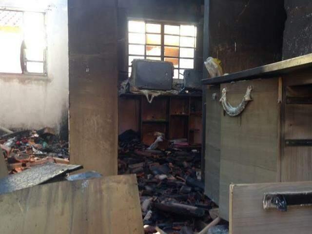 Bombeiros controlaram chamas, mas interior da casa ficou destruído (Foto: Cido Costa/Dourados Agora)
