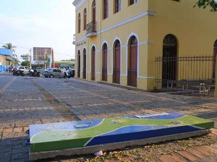 Instalada há 15 dias, escultura de capivará é danificada por vândalos