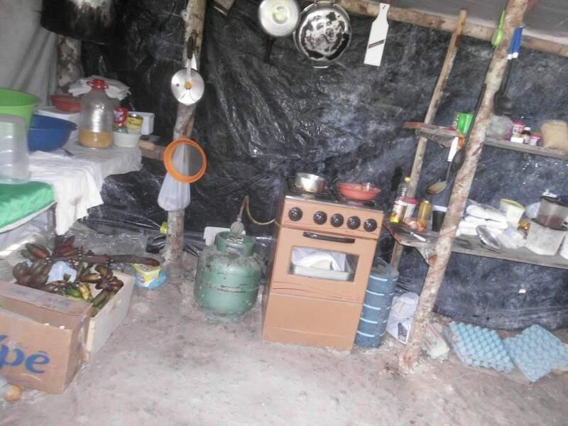 Trabalhadores improvisaram refeitório. Foto: Divulgação PF