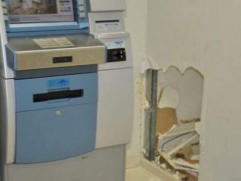 Parede que dá acesso ao caixa eletrônico foi destruída. (Foto: Taquarussu News)