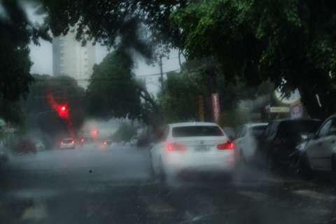 Chuva chega acompanhada de trovoadas nos bairros da Capital