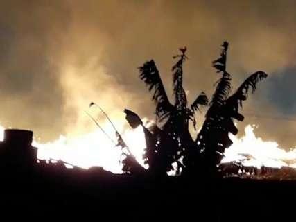 """Vizinho flagra incêndio em depósito de resíduos: """"Nossa, de novo?"""""""