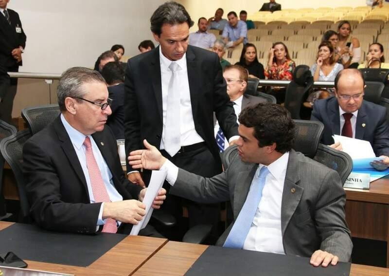 À esquerda, o deputado Paulo Correa (PR), com o deputado Marcos Trad (PSD) e Beto Pereira (PSDB). (Foto: Roberto Higa e Victor Chileno/ALMS)