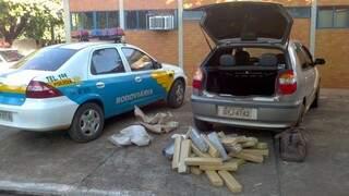 Droga estava escondido em porta-malas de carro (Foto: Divulgação/PRE)