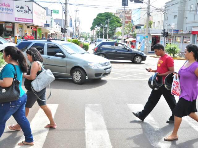 No centro de Campo Grande, motoristas disputam espaço com pedestres. (Foto: João Garrigó)